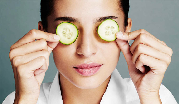 Cucumber slices is an effective home remedy for dry eyes